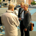 Direktmarketing: Zeugen Jehovas am Nørrebros Runddel, CC BY-SA 2.0 von Richard G., Ausschnitt. Original bei flickr